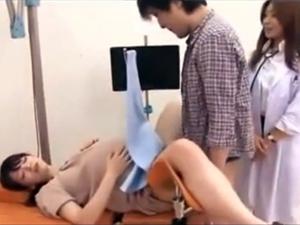 彼氏がモニターで見ているのにマッサージ師に寝取られイキまくる淫乱彼女