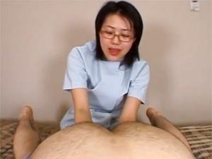 メガネでマジメそうな熟女マッサージ師がアナルを見ながら手コキして巨乳を露出してエロ施術しまくる!